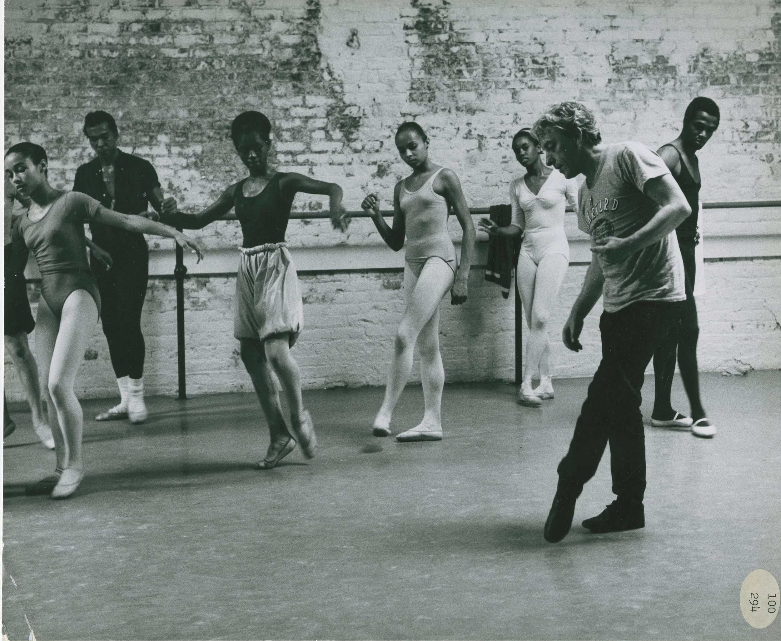Karel Shook demonstrating tendu